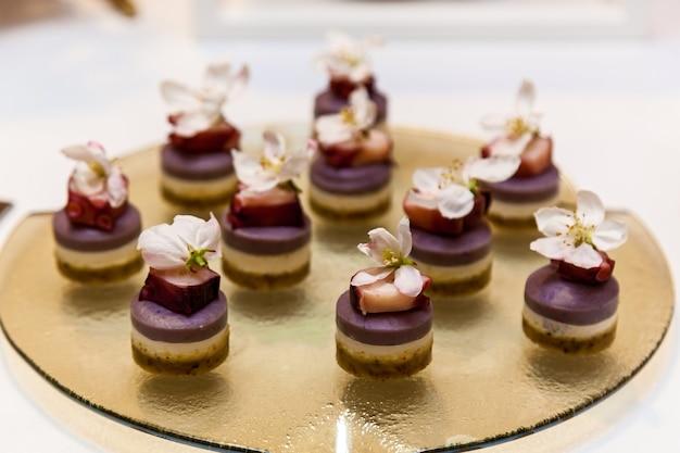 Ristorazione, vari spuntini sfiziosi su piatti a buffet. catering, stuzzichini assortiti ai piatti