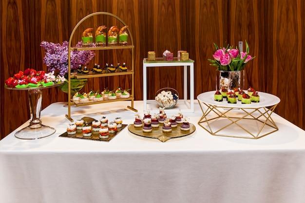 Ristorazione, vari sfiziosi snack e dessert su piatti a buffet. catering, stuzzichini assortiti ai piatti