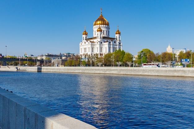 Cattedrale di cristo salvatore a mosca contro l'argine del fiume moscova al mattino di primavera soleggiata