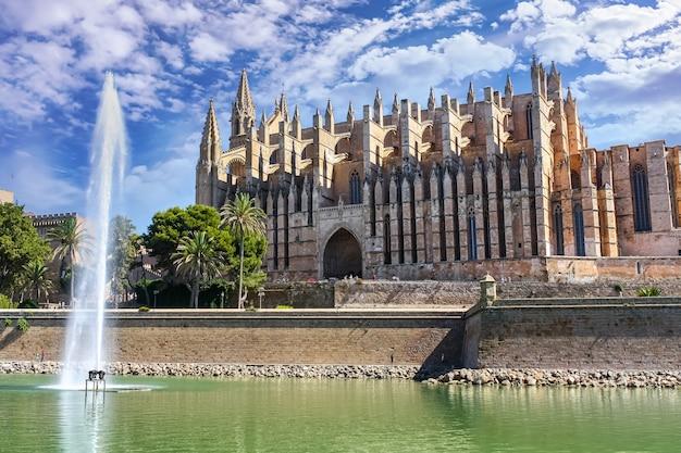 Cattedrale della città di palma de mallorca con cielo azzurro e nuvole.