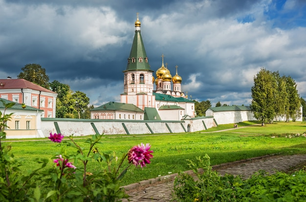 Cattedrale nel monastero di iversky con fiori e alberi intorno