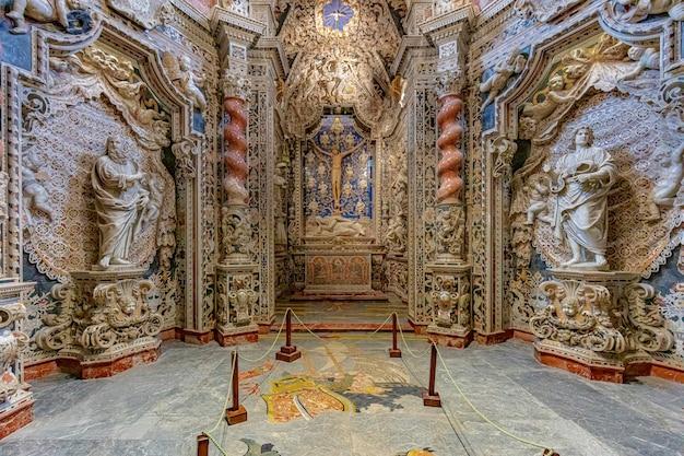 Duomo di monreale soffitto a travi decorato in oro.