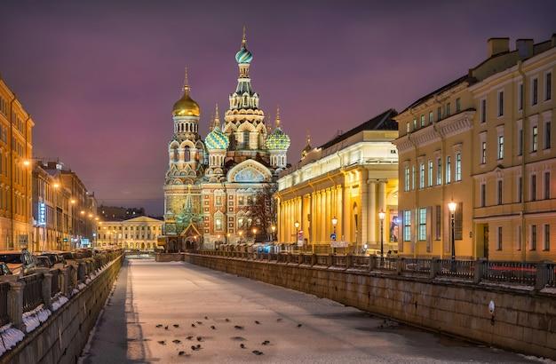 Cattedrale del salvatore sul sangue versato nella gelida notte d'inverno a san pietroburgo