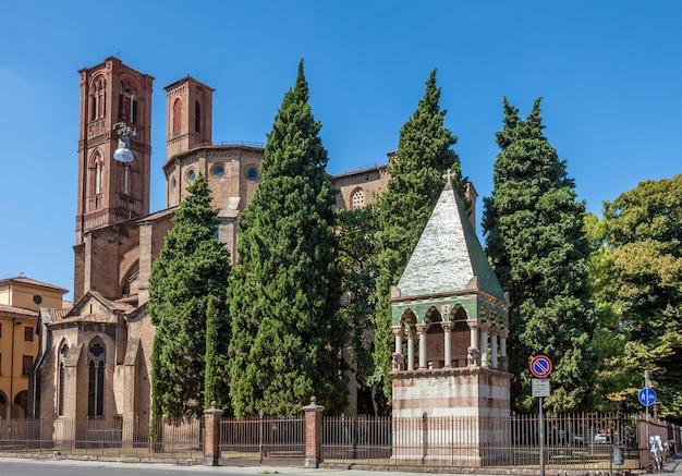 Cattedrale in stile romanico a bologna, italia. architettura medievale europea