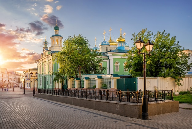 Cattedrale di san nicola nei raggi del tramonto a kazan