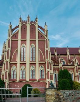 Chiesa cattolica in stile neogotico nella regione di gervyaty grodno bielorussia