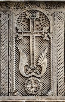La croce cattolica è scolpita nella pietra. avvicinamento.