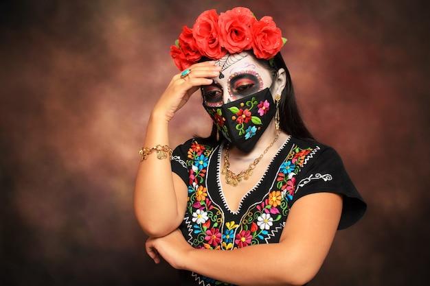 Catrina con maschera ricamata ragazza truccata da catrina per il giorno dei morti