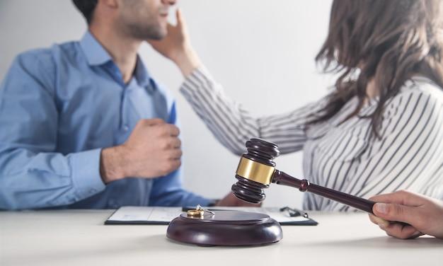 Combattimento arrabbiato caucasico delle coppie. martelletto della holding del giudice. divorzio
