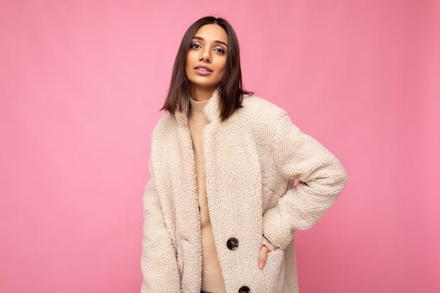 Caucasica attraente sicura di sé elegante giovane donna bruna