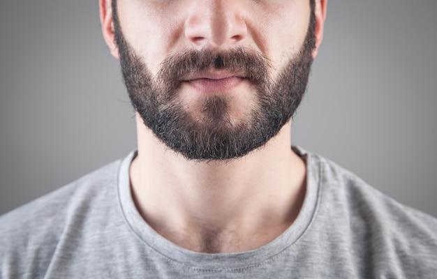 Uomo barbuto caucasico su gray