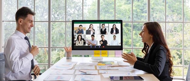 Caucasico uomo d'affari e donna d'affari dipendente dipendente lavoratore seduto preparazione analisi statistica dati finanziari grafico grafico informazioni documenti scartoffie insieme per la videoconferenza globale.