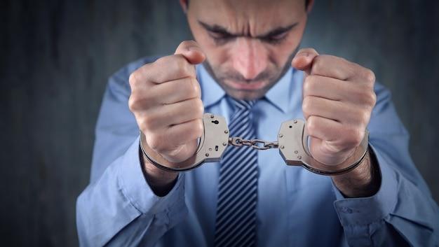 Uomo d'affari caucasico in manette. corruzione