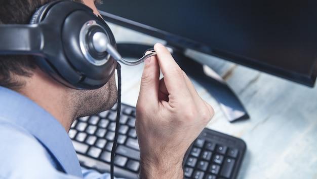 Operatore di call center caucasico al lavoro. servizio clienti