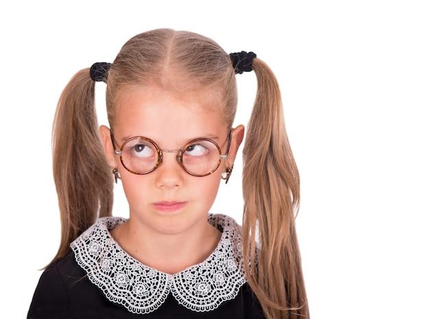 Bambino caucasico, ragazza arrabbiata e triste isolata su priorità bassa bianca.