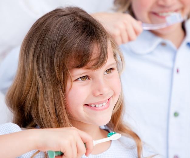 Bambino caucasico lavarsi i denti