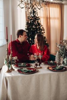 Coppia caucasica innamorata festeggia il natale insieme a casa