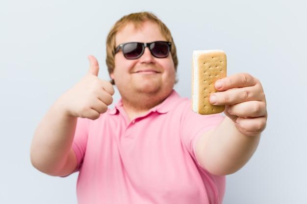 Uomo grasso biondo pazzo caucasico che tiene un gelato