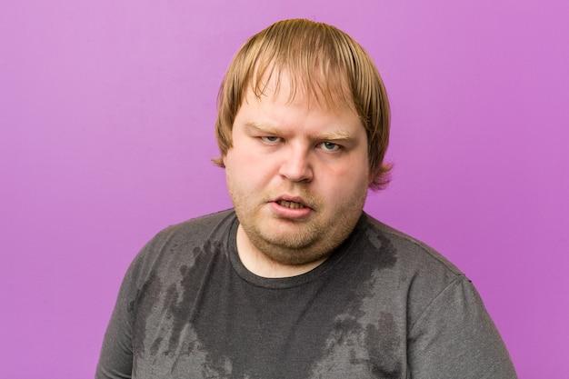 Uomo grasso biondo pazzo caucasico sudorazione