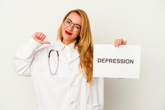 La donna caucasica del medico che tiene un cartello di depressione isolato su sfondo bianco si sente orgogliosa e sicura di sé, esempio da seguire.