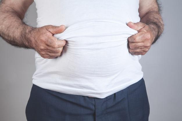 Uomo grasso caucasico con grande pancia.