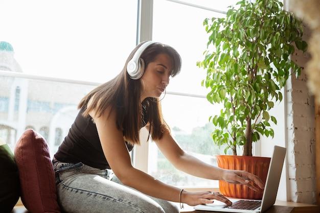 Cantante caucasica durante il concerto online a casa isolata e messa in quarantena,