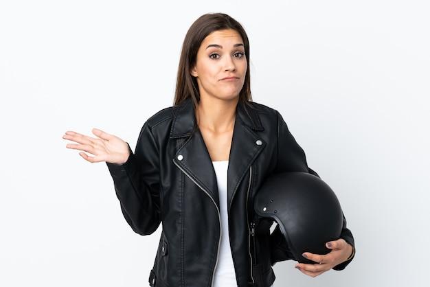 Ragazza caucasica che tiene un casco del motociclo