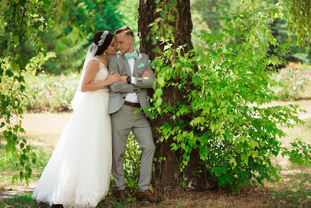 Giovani coppie romantiche felici caucasiche che celebrano il loro matrimonio.