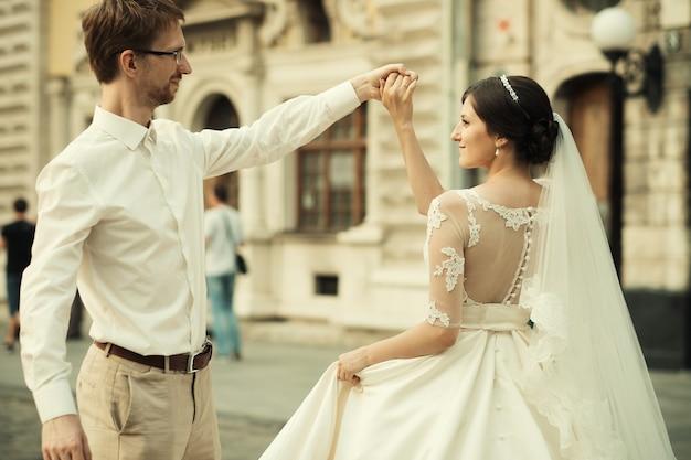 Giovani coppie romantiche felici caucasiche che celebrano il loro matrimonio