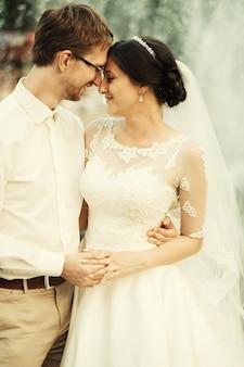 Giovani coppie romantiche felici caucasiche che celebrano il loro matrimonio Foto Premium