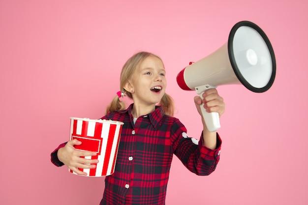 Ritratto di bambine caucasiche sul concetto di cinema parete rosa studio