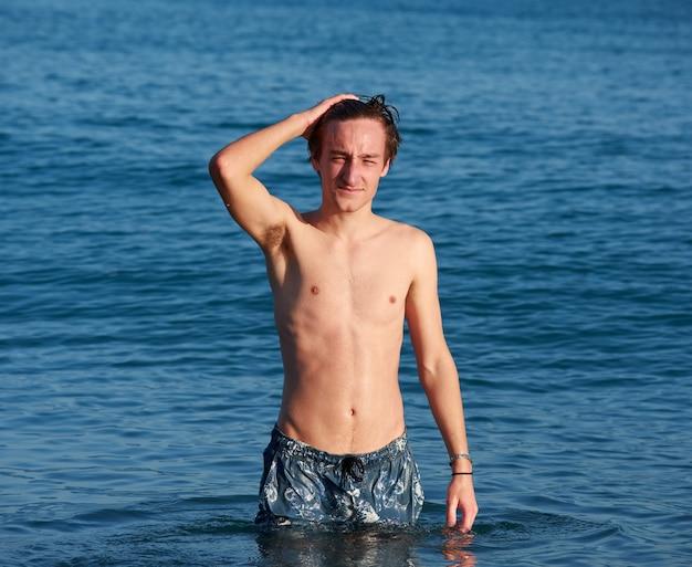 Un maschio caucasico in posa in un mare durante il giorno
