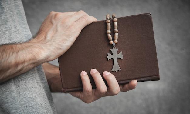 Bibbia della holding dell'uomo caucasico. religione