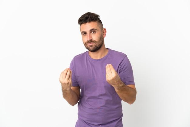 Uomo caucasico isolato su sfondo bianco che fa un gesto di denaro ma è rovinato
