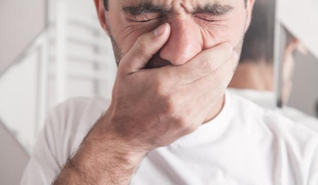 Uomo caucasico che soffre di mal di denti in bagno.