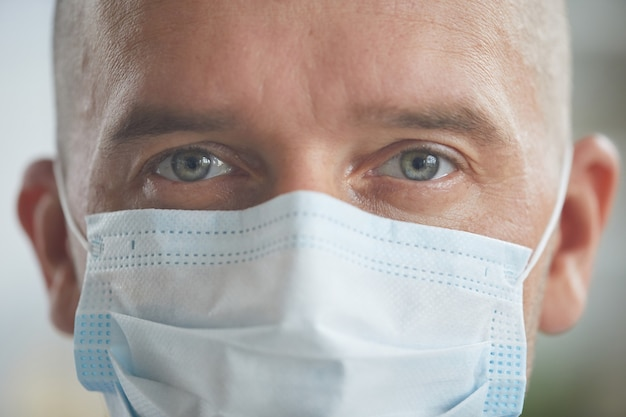 Uomo caucasico che indossa una maschera protettiva sul viso
