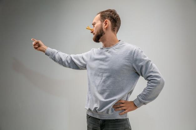 Uomo caucasico che indossa il fermaglio per la protezione delle vie respiratorie contro