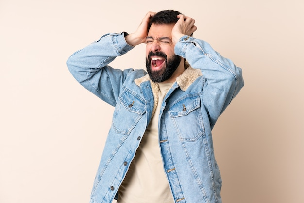 Uomo caucasico con la barba sopra stressato isolato sopraffatto