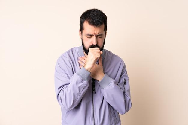 Uomo caucasico con la barba che indossa una giacca isolata