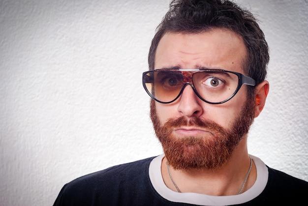 Uomo caucasico con occhiali rotti fantasia