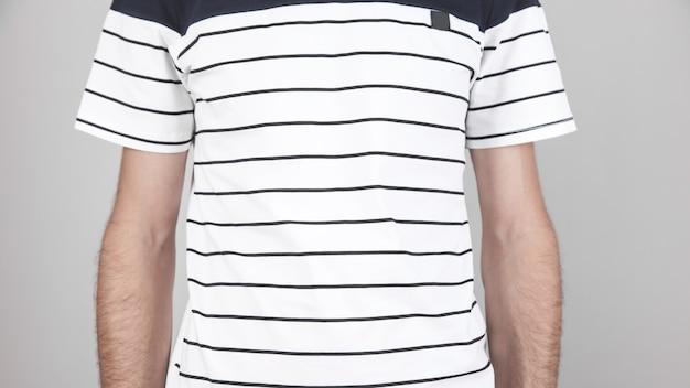Uomo caucasico con una maglietta bianca.