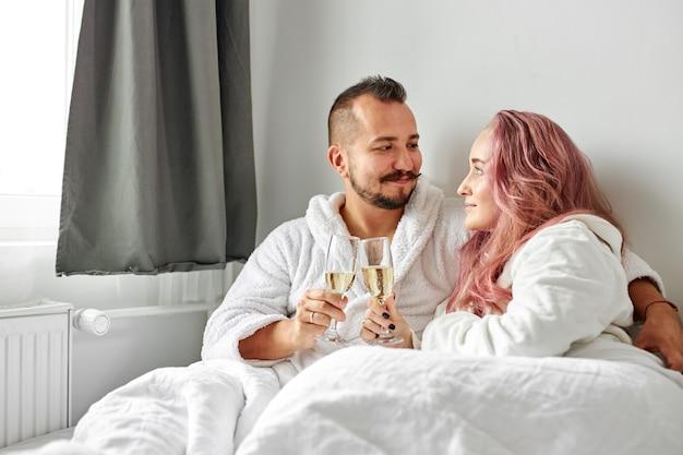 Uomo caucasico e donna hanno resto indossando vestaglia bianca a casa