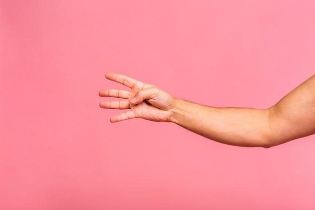 La mano dell'uomo caucasico che mostra i gesti differenti, vista del primo piano delle mani.
