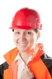 Caucasica donna matura in un casco rosso e abiti da lavoro, isolato su uno sfondo bianco.