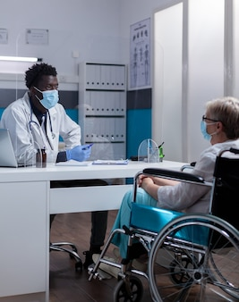 Paziente caucasico con disabilità che riceve consulenza