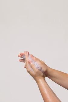 Persona caucasica lavarsi le mani isolato su bianco