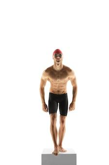 Sportivo professionista caucasico, allenamento del nuotatore isolato su sfondo bianco studio