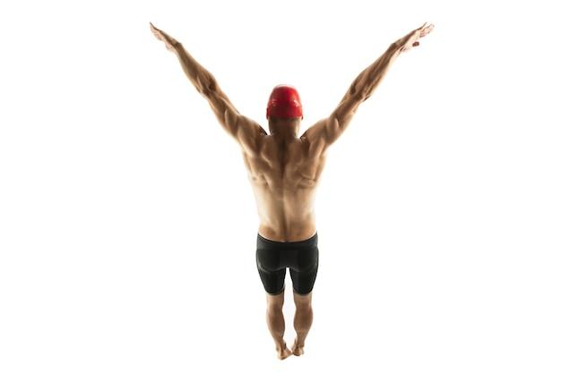 Formazione nuotatore professionista caucasico isolato su sfondo bianco studio