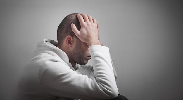 Uomo caucasico triste e depresso a casa.