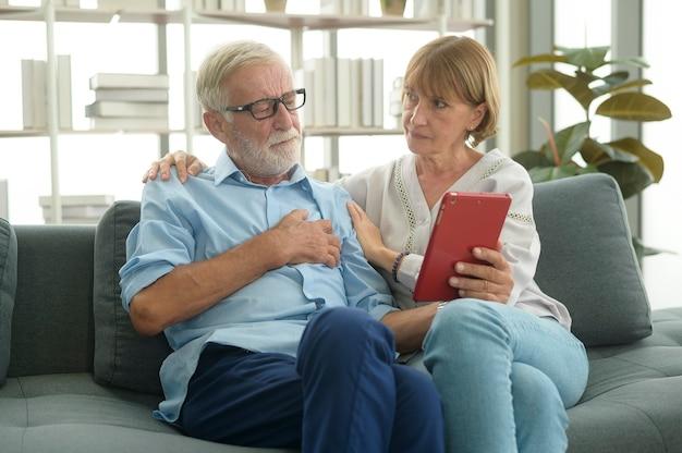 Gli anziani caucasici sono videochiamate con medico, telemedicina, concetto di tecnologia sanitaria